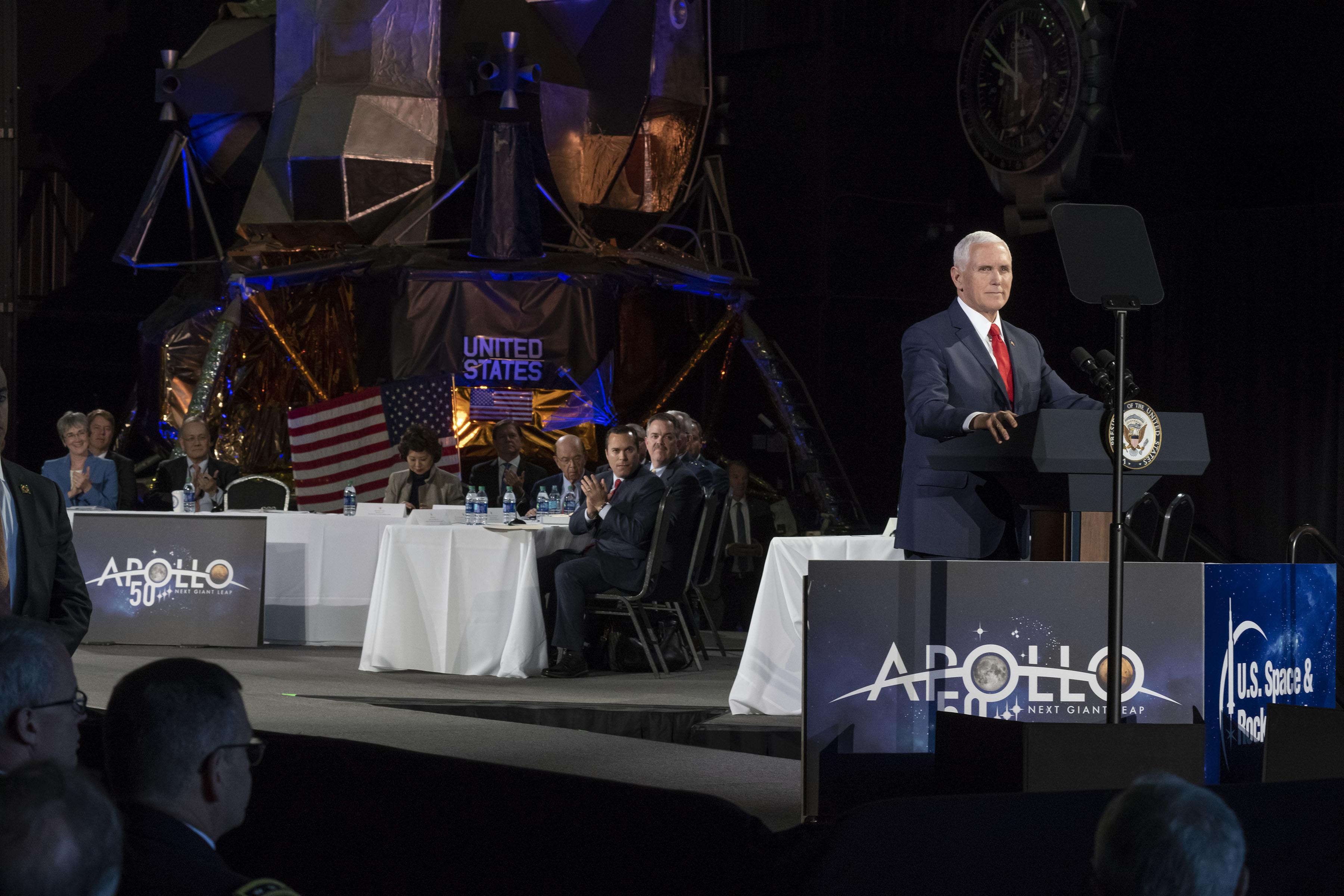 El 26 de marzo de 2019, el United Space and Rocket Center organizó una reunión del Consejo Consultivo Nacional del Espacio. La reunión fue presidida por el vicepresidente de Estados Unidos, Mike Pence, con comentarios de miembros del Consejo, incluido el administrador de la NASA Jim Bridenstine. Crédito: NASA