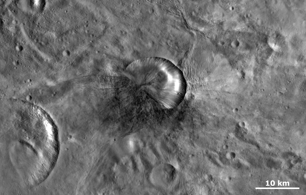 El cráter de impacto Antonia en Vesta, con un diámetro de17 km, puede ser el cráter de origen de la howardita Sariçiçek que cayó en Turquía recientemente. Imagen: NASA / JPL-Caltech / UCLA / MPS / DLR / IDA, Misión Dawn.