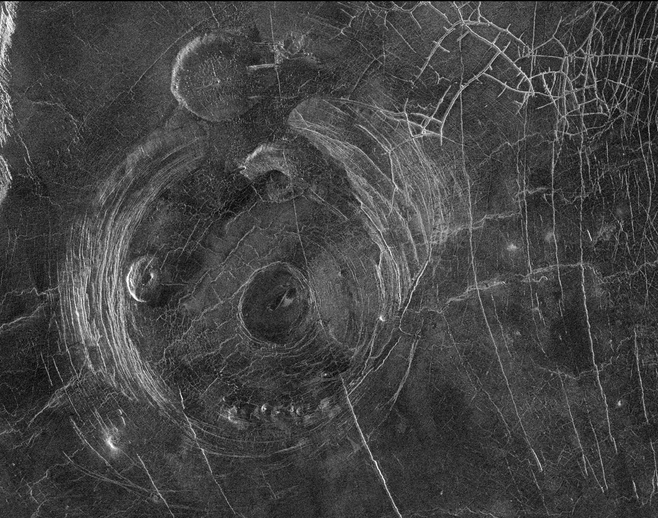 Una imagen de radar de las coronas de Aine (estructura circular grande que ocupa la mayor parte de la imagen) justo al sur de Afrodita Terra.