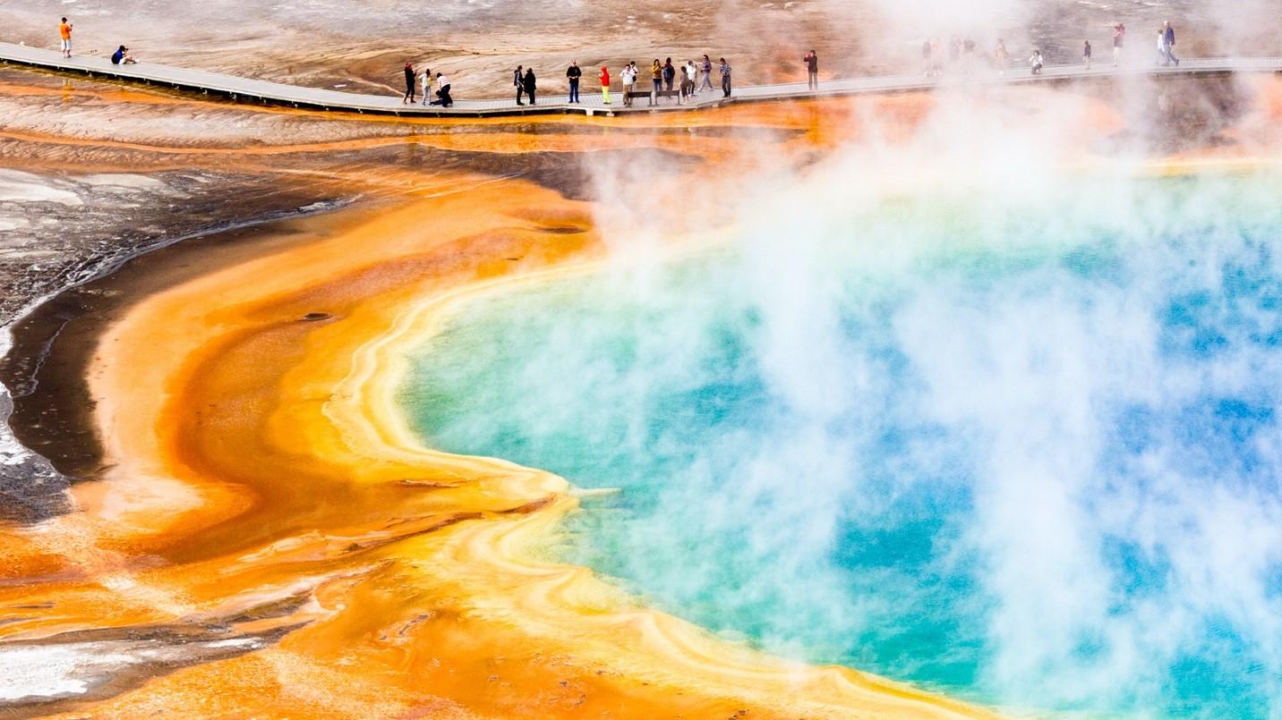 Aguas termales que liberan gases volcánicos en el Parque Nacional de Yellowstone.