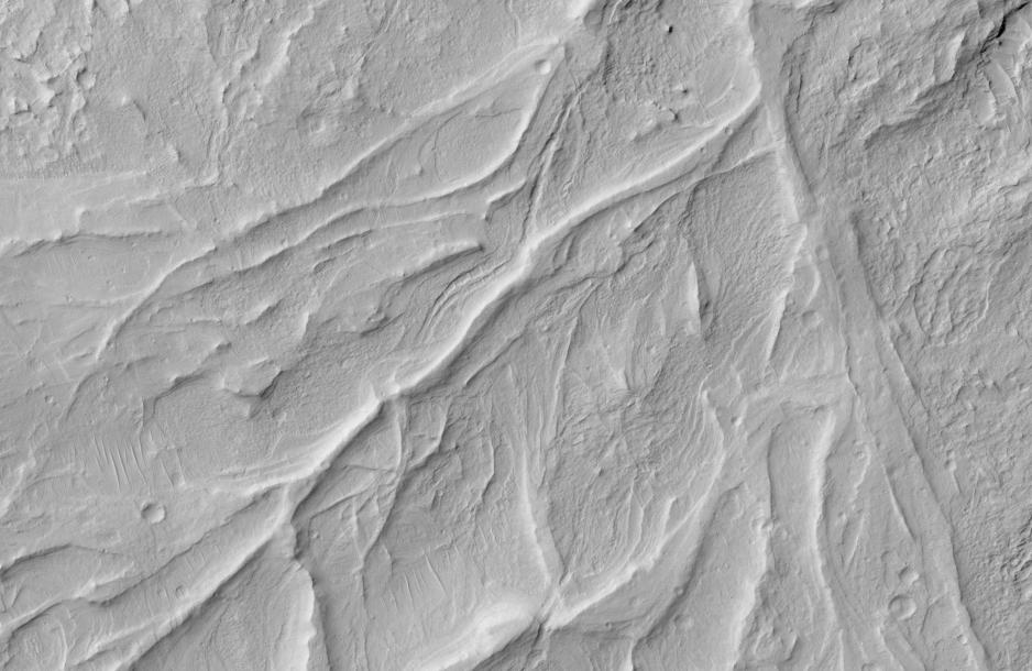 """Estas crestas en Marte fueron una vez canales fluviales, ahora """"invertidos"""" en relieve positivo por la erosión de la roca circundante."""