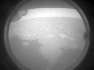 Esta imagen fue tomada por la cámara de evitación de peligros izquierda del rover Perseverance y fue la primera imagen que se devolvió después de un aterrizaje exitoso. Crédito: NASA / JPL-Caltech.